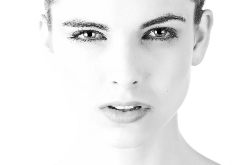 Ridurre il doppio mento: 3 efficaci esercizi di ginnastica facciale da fare